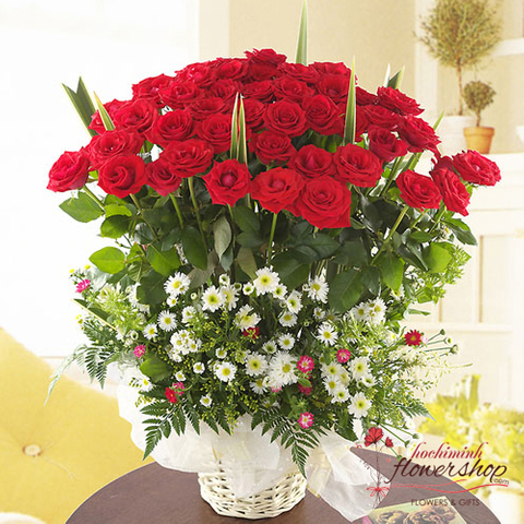 Red roses arrangement for Xmas