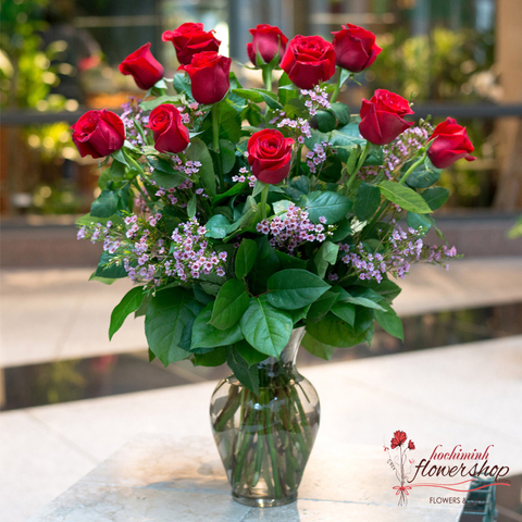 Christmas red roses arrangement in vase
